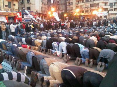 ムスリムのお祈りを警護するクリスチャン2.jpg